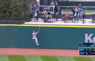 Buxton-leaps-into-wall-to-make-amazing-grab-attachment